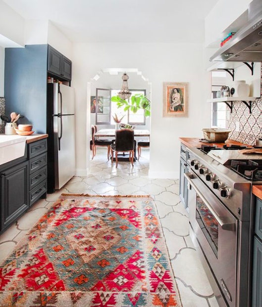 black-white-country-kitchen-colorful-vintage-kilim-rug